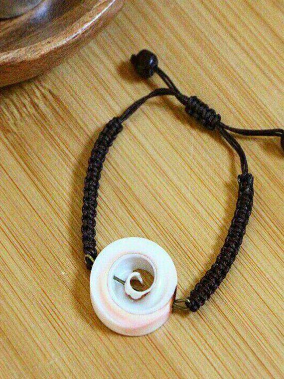 دستبند دست ساز بافت صدف سفید و مهرهچوبی