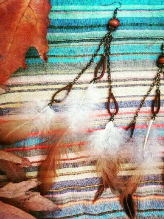 گوشواره دست ساز آویزی مهره چوبی،چرم و آویز پَر